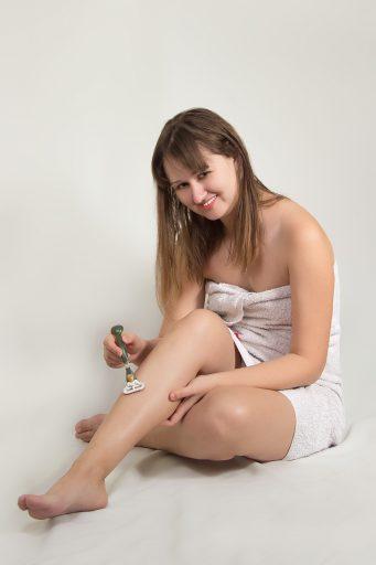 Mujer afeitándose las piernas